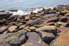 Κόκκινος ηφαιστειακός βράχος στην παραλία Στοκ Εικόνες