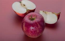 Κόκκινος - η εύγευστες Apple και φέτες Στοκ φωτογραφία με δικαίωμα ελεύθερης χρήσης