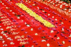 Κόκκινος ιερός τάπητας εβδομάδας με τα λουλούδια Στοκ Φωτογραφία