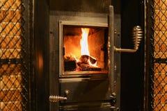 Κόκκινος-κίτρινες φλόγες στο φούρνο του παλαιού φούρνου Στοκ Εικόνα