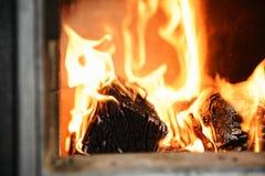 Κόκκινος-κίτρινες φλόγες στο φούρνο του παλαιού φούρνου Στοκ Εικόνες