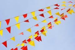κόκκινος κίτρινος γιρλαντών σημαιών Στοκ Εικόνες