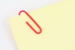 κόκκινος κίτρινος εγγράφου επιστολόχαρτων συνδετήρων Στοκ φωτογραφίες με δικαίωμα ελεύθερης χρήσης