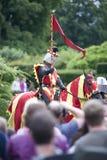Κόκκινος & κίτρινος ιππότης στο πλήθος Στοκ φωτογραφία με δικαίωμα ελεύθερης χρήσης