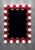 Κόκκινος καθρέφτης makeup στο συμπαγή τοίχο Στοκ εικόνα με δικαίωμα ελεύθερης χρήσης