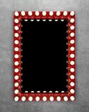 Κόκκινος καθρέφτης makeup στο συμπαγή τοίχο Στοκ Εικόνες