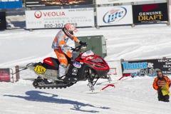 Κόκκινος και μαύρος αγώνας οχήματος για το χιόνι Polaris υψηλός στον αέρα Στοκ εικόνες με δικαίωμα ελεύθερης χρήσης