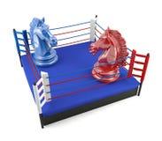 Κόκκινος και μπλε ιππότης σκακιού που αντιμετωπίζει στο εγκιβωτίζοντας δαχτυλίδι Στοκ φωτογραφία με δικαίωμα ελεύθερης χρήσης