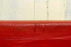 Κόκκινος καναπές δέρματος ακριβώς στον ορίζοντα πυροβοληθε'ντα πλησίον στοκ εικόνες