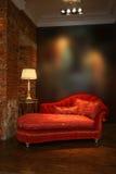 κόκκινος καναπές λαμπτήρω στοκ εικόνα με δικαίωμα ελεύθερης χρήσης