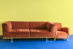 Κόκκινος καναπές σε ένα dinning δωμάτιο Στοκ Φωτογραφία
