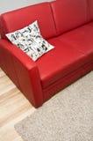 Κόκκινος καναπές δέρματος Στοκ εικόνα με δικαίωμα ελεύθερης χρήσης