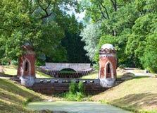 Κόκκινος καταρράκτης 24 της Catherine χλμ κεντρικών οικογενειών προηγούμενος αυτοκρατορικός αριστοκρατίας πάρκων της Πετρούπολης  Στοκ φωτογραφία με δικαίωμα ελεύθερης χρήσης