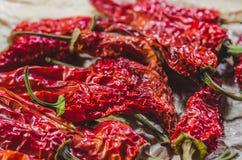 Κόκκινος - καυτά ξηρά πιπέρια σε χαρτί επεξεργασίας στοκ εικόνες
