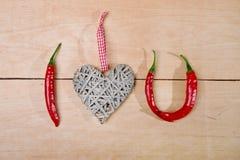 Κόκκινος - καυτά πιπέρια στο ξύλο Στοκ Εικόνες
