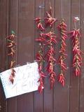 Κόκκινος - καυτά πιπέρια τσίλι για την πώληση Στοκ Εικόνες