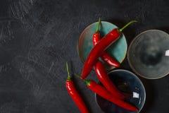 Κόκκινος - καυτά πιπέρια τσίλι στα κύπελλα στο παλαιό υπόβαθρο στοκ φωτογραφίες με δικαίωμα ελεύθερης χρήσης