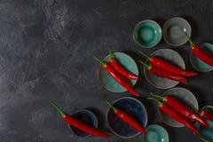 Κόκκινος - καυτά πιπέρια τσίλι στα κύπελλα στο παλαιό υπόβαθρο στοκ φωτογραφία με δικαίωμα ελεύθερης χρήσης