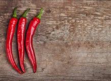 Κόκκινος - καυτά πιπέρια τσίλι σε ένα ξύλο Στοκ εικόνα με δικαίωμα ελεύθερης χρήσης