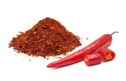 Κόκκινος - καυτά τσίλι με τη σκόνη πέρα από το άσπρο υπόβαθρο στοκ φωτογραφίες
