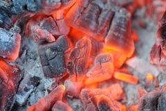 Κόκκινος - καυτοί καίγοντας άνθρακες Στοκ εικόνα με δικαίωμα ελεύθερης χρήσης