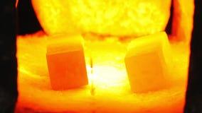 Κόκκινος - καυτός χάλυβας σε έναν φούρνο φιλμ μικρού μήκους