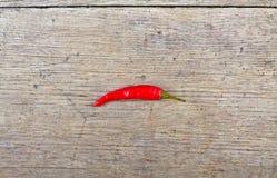 Κόκκινος - καυτό πιπέρι τσίλι στον ξύλινο πίνακα Στοκ φωτογραφία με δικαίωμα ελεύθερης χρήσης