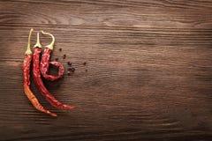 Κόκκινος - καυτό πιπέρι τσίλι στο ξύλο Στοκ Φωτογραφία