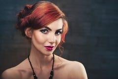 κόκκινος κυματιστός τριχώματος κορίτσι μόδας ανασκόπησης πέρα από το λευκό στούντιο βλαστών πορτρέτου στοκ εικόνες