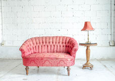 Κόκκινος κλασσικός καναπές καναπέδων ύφους στο εκλεκτής ποιότητας δωμάτιο Στοκ Φωτογραφίες