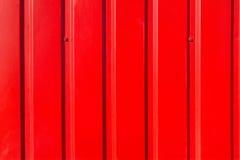 Κόκκινος μεταλλικός ζαρωμένος τοίχος κοντά επάνω Στοκ Φωτογραφίες