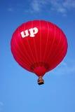 Κόκκινος - μπαλόνι ζεστού αέρα κατά την πτήση «ΕΠΑΝΩ» στοκ φωτογραφία