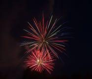 Κόκκινος-μπλε-άσπρη επίδειξη πυροτεχνημάτων Στοκ εικόνα με δικαίωμα ελεύθερης χρήσης