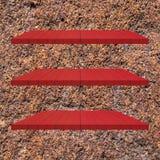 3 κόκκινος ξύλινος πίνακας ραφιών στον τοίχο τσιμέντου Στοκ εικόνες με δικαίωμα ελεύθερης χρήσης