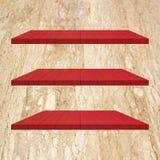 3 κόκκινος ξύλινος πίνακας ραφιών στο μαρμάρινο τοίχο Στοκ Εικόνες