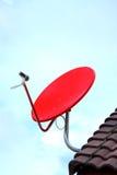 Κόκκινος δορυφόρος στη στέγη στο μπλε ουρανό στοκ φωτογραφία με δικαίωμα ελεύθερης χρήσης