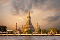 Κόκκινος ουρανός ανατολής της Μπανγκόκ πρωινού ναών Arun Wat Στοκ Εικόνα