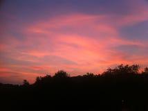 Κόκκινος ουρανός σύννεφων πέρα από το λόφο Στοκ εικόνες με δικαίωμα ελεύθερης χρήσης