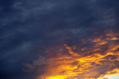 κόκκινος ουρανός σύννεφ&omega Στοκ Εικόνες