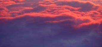 Κόκκινος ουρανός τη νύχτα και σύννεφα Όμορφο και ζωηρόχρωμο ηλιοβασίλεμα ή το s Στοκ Εικόνες
