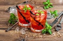 Κόκκινος πάγος φύλλων μεντών φραουλών κοκτέιλ θερινών ποτών Στοκ Εικόνες