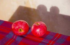 κόκκινος πίνακας δύο μήλω&nu Στοκ Εικόνες