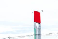 Κόκκινος πίνακας διαφημίσεων για τη νέα διαφήμιση στην οδό κεντρικών πόλεων στοκ εικόνες