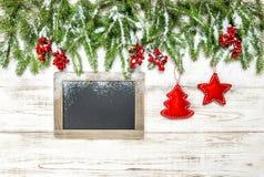 Κόκκινος πίνακας κιμωλίας διακοσμήσεων μούρων διακοσμήσεων Χριστουγέννων Στοκ Φωτογραφία