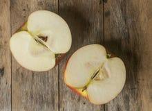 κόκκινος πίνακας μήλων ξύλινος Στοκ Φωτογραφίες