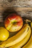 κόκκινος πίνακας μήλων ξύλινος Στοκ φωτογραφία με δικαίωμα ελεύθερης χρήσης