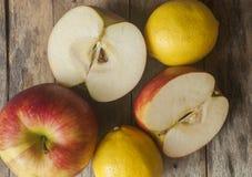 κόκκινος πίνακας μήλων ξύλινος Στοκ Εικόνες