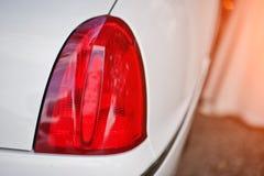 Κόκκινος πίσω προβολέας του άσπρου αυτοκινήτου limousine πολυτέλειας Στοκ Εικόνες