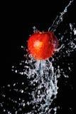 Κόκκινος παφλασμός μήλων και νερού Στοκ Φωτογραφίες