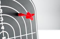 Κόκκινος πυροβολισμός βελών στη θέση καρδιών του μαύρου βέλους μορφής σχεδιαγράμματος Στοκ φωτογραφία με δικαίωμα ελεύθερης χρήσης